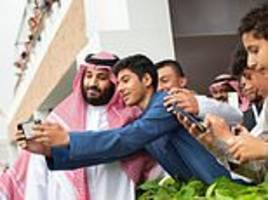 saudi crown prince poses for selfies as he continues to deny khashoggi murder involvement