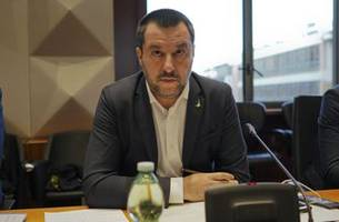 italy gov't minister opposes stopping matches for racism