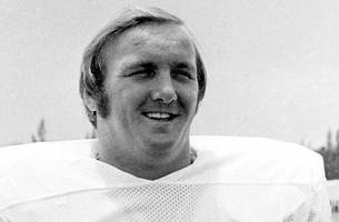 former dolphins six-time pro bowl selection bob kuechenberg dies at age 71