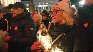 Pawel Adamowicz: Vigils held to remember Gdansk mayor
