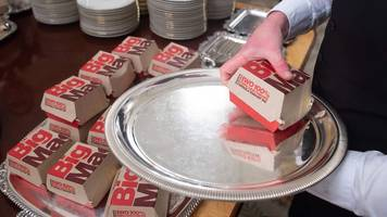 us president donald trump serves fast food to white house guests