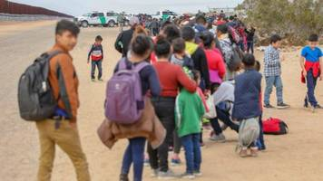 cbp agents catch group of hundreds of migrants in arizona