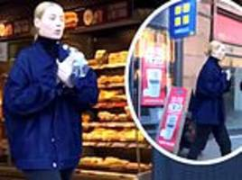 iggy azalea stuns fans when she pops into greggs in scotland