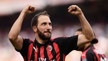 gonzalo higuain officially joins chelsea on loan from juventus until the end of the season