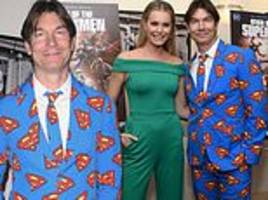 jerry o'connell sports superman suit with wife rebecca romijn at reign of the supermen premiere