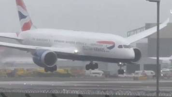 plane struggles to land in strong winds at heathrow airport