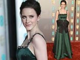 baftas 2019: rachel brosnahan exudes glamour in dazzling emerald gown