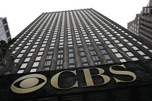 cbs shareholders accuse les moonves, acting ceo joe ianniello of 'suspicious' stock moves in lawsuit