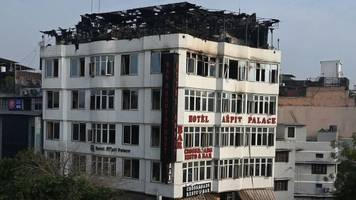 Karol Bagh: Seventeen die in India Delhi hotel fire