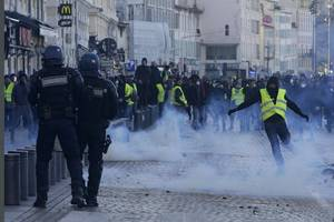 majority of french people want 'yellow vest' protests to end