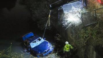 car plunges into canal in leicester during police chase
