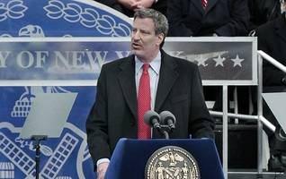 """nyc mayor bill de blasio criticized for flapping arms to r. kelly's """"i believe i can fly"""""""