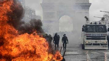 Yellow vest protests: Violence returns to streets of Paris