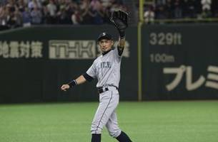 Ichiro walks off to loud cheers, Mariners beat A's 5-4 in 12