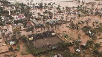Cyclone Idai: Flying over flooded Mozambique