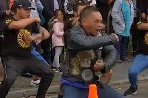 new zealanders perform haka to honor the victims of the christchurch massacre