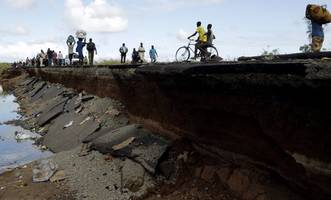 cyclone idai: '300 to 400 bodies washed up on mozambique road,' eyewitness says