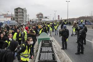 Troops at Yellow Vests Protests May Open Fire If Threatened - Military Chief