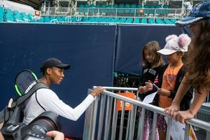 venus williams holds off jakupovic to advance at miami tennis