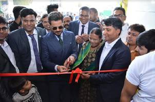 anil kapoor inaugurates qutone experience center in ahmedabad