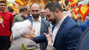 Spanish election: Socialists battle to stop right-wing surge