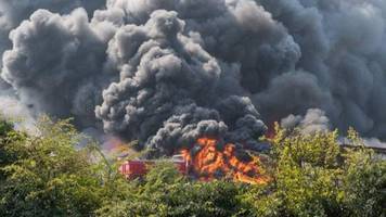 newark fire: huge blaze at nottinghamshire scrapyard
