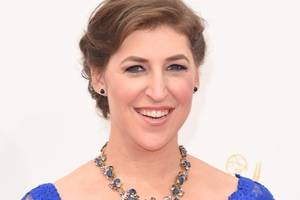 'big bang theory' star mayim bialik offers a bristly take on things in behind-the-scenes photo