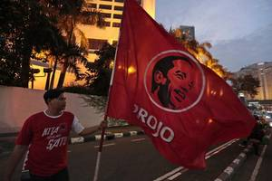 even though joko widodo leads in the polls, his main rival subianto claims victory