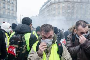 France: Police fire tear gas in clashes with yellow-vest protestors