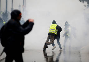 yellow vest protestors clash with police days after notre dame fire