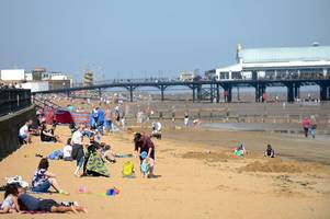 pictures from a very sunny easter weekend as thousands flock to cleethorpes beach