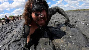 maldon mud race sees hundreds race across essex riverbed