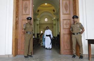 sri lankan churches hold first sunday masses since easter attacks