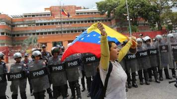 venezuela crisis: maduro officials 'in talks' with opposition
