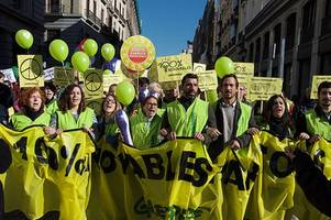 'clean up or clear out': bp headquarters in london blockaded by greenpeace activists urging stop ...