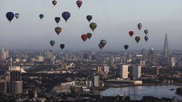 Striking images show hot air balloons soaring over London