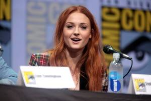 game of thrones stare sophie turner jokes about 'wanting to make out' with maisie williams