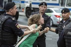 Ivan Golunov case: Hundreds arrested at Moscow protest
