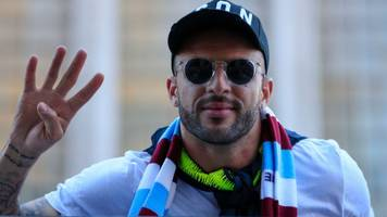 man city: kyle walker agrees two-year contract extension