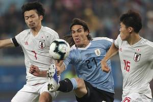 uruguay 2-2 japan: luis suarez on target as uruguay stay alive