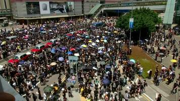 Hong Kong protesters march on police headquarters
