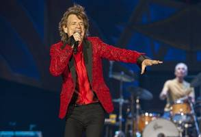 mick jagger in top form as rolling stones kick off tour at soldier field
