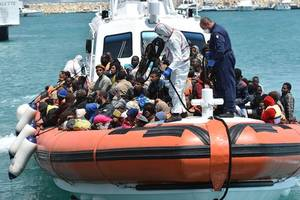 who is carola rackete, hero of the mediterranean?