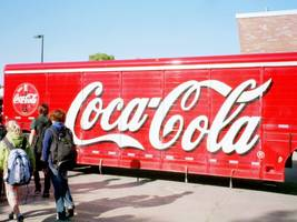 coca-cola hits a record high after smashing profit estimates on strong low-sugar drink sales (ko)
