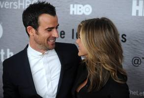 jennifer aniston reunites with ex justin theroux to mourn family dog's death