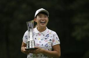Shibuno holds off Salas to win Women's British Open on debut