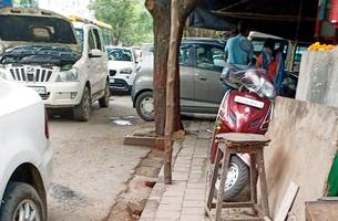 mumbai: illegal parking by service centres on footpaths ignored by bmc