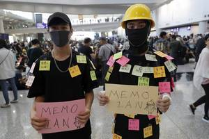 hong kong protesters return to airport to drum up international support