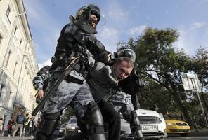 kremlin dismisses criticism of police response to moscow protests