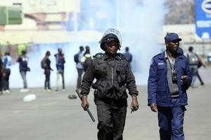 zimbabwe: police fire tear gas, beat up anti-government protesters demonstrating against economic crisis